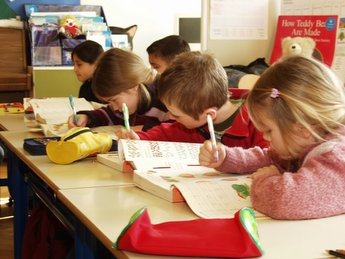 дети пишут в классе