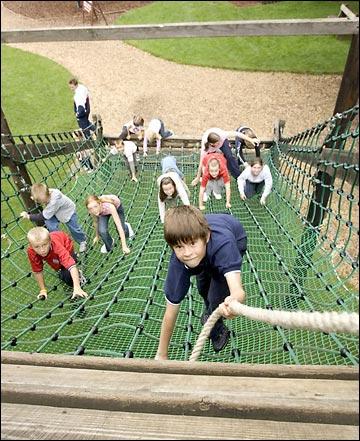 дети карабкающиеся вверх
