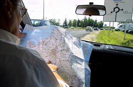 водитель читающий карту