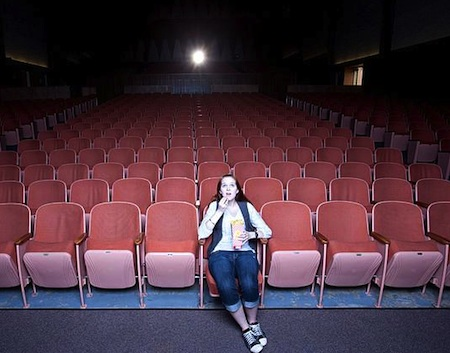 девушка одна в кинотеатре
