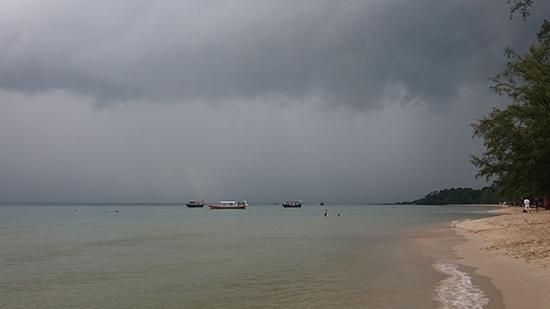 Дождь на пляже в Сиануквиле